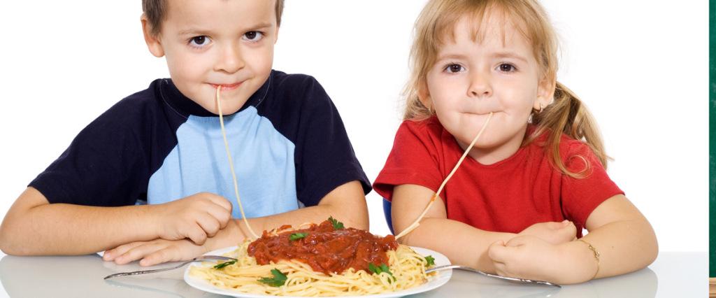bimbi-mangiano
